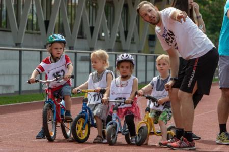 Schüler der Spielgruppe mit Startnummern auf Fahrrädern
