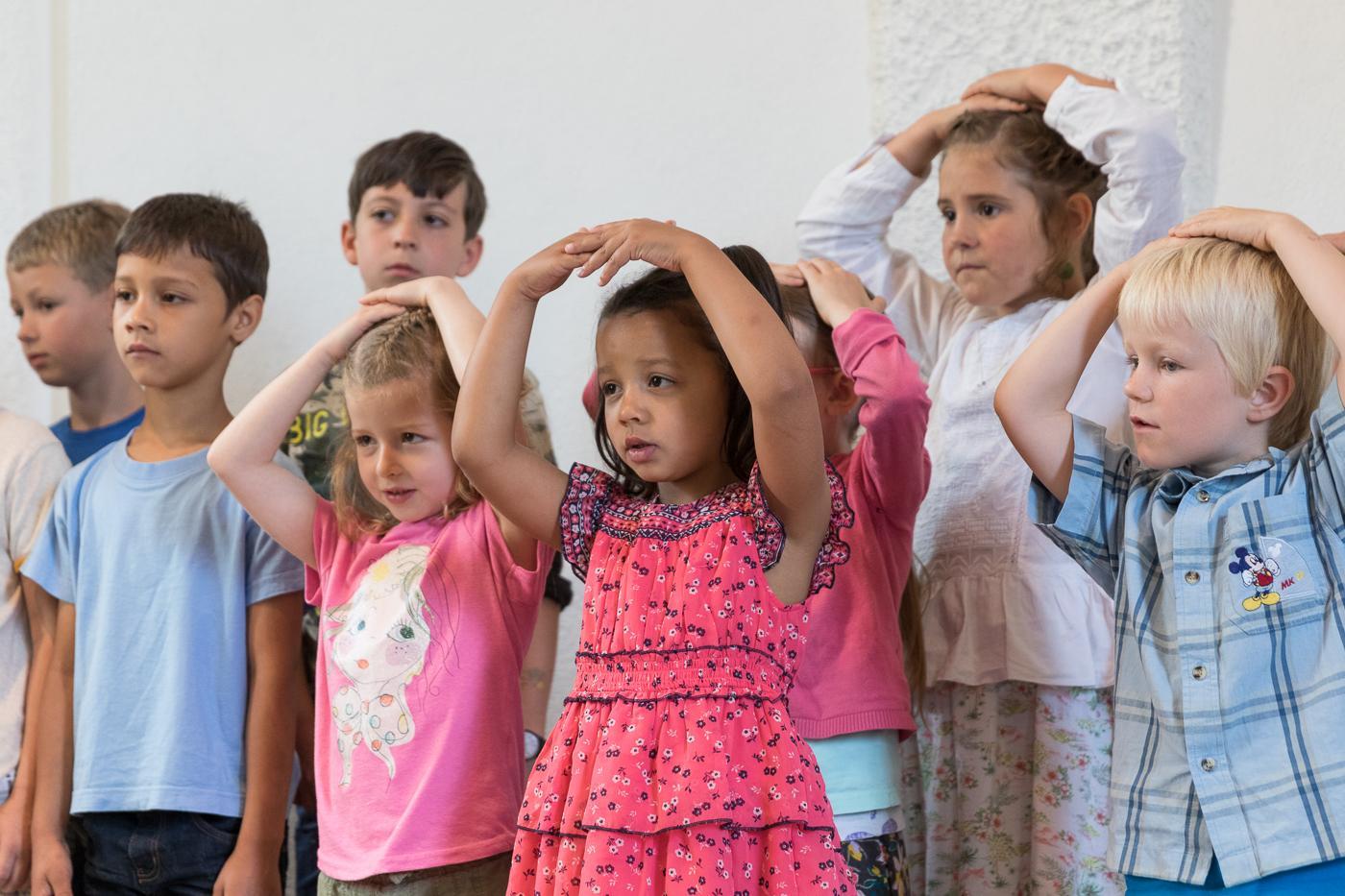 Schülervorführung Lied mit Handbewegungen